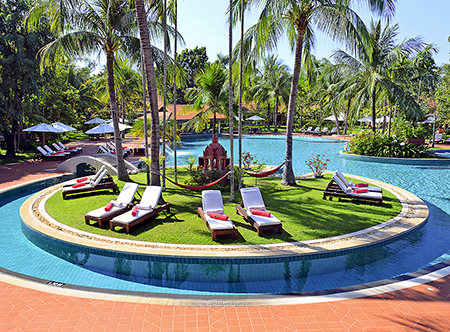 Sofitel_Angkor_Phokeethra,_Siem_Reap_-_Swimming_Pool.jpg