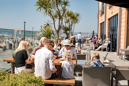 Radisson_Blu_Waterfront_family_dining_waterfront_terrace.jpg
