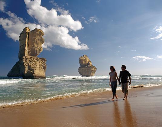 Great_Ocean_Road_and_Kangaroo_Twelve_Apostles,_Couple_on_beach.jpg