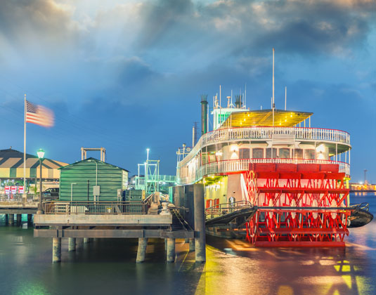 New_Orleans_Highlights_Steamboat_on_Mississippi_river.jpg