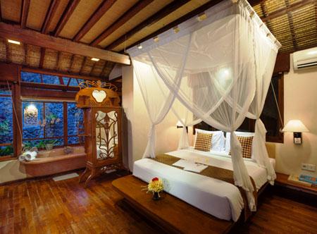 Tandjung-Sari_Beachfront-bungalow-Bedroom.jpg