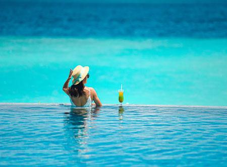 SAii-Lagoon-Maldives_Miss-Olive-Oyl-Pool-Bar.jpg