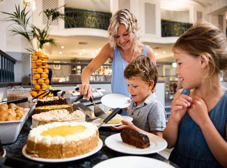 Merton_buffet-serving-dessert-11.jpg