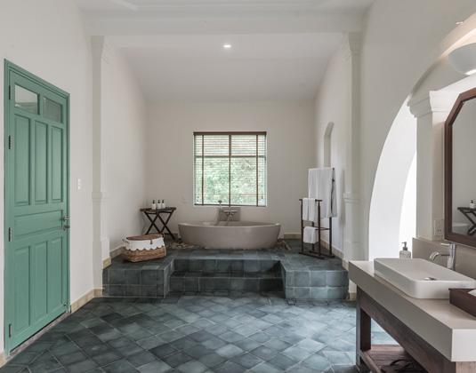 Poulo_Condor_-_Bathroom_Colonial_Suite.jpg