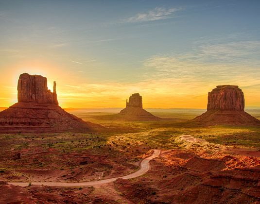 Sunrise_view_at_Monument_Valley.jpg