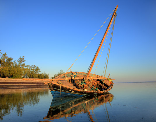 Mozambique_-_Beach_and_vessel.jpg