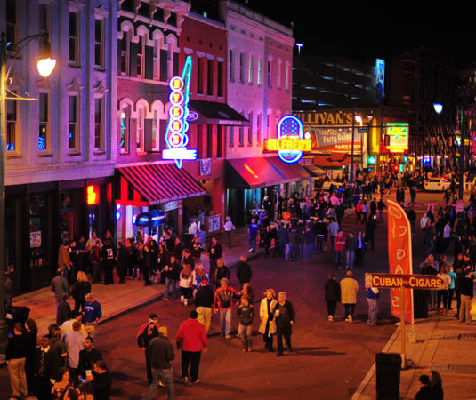 Memphis_Crowds_on_Beale_Street.jpg