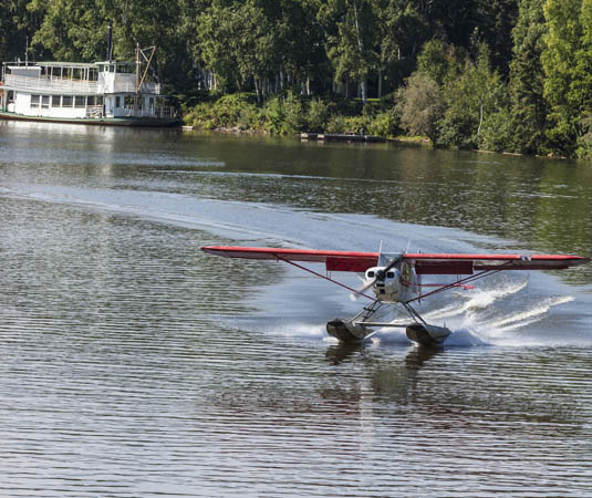 Alaska,_Float_plane_landing_on_Chena_River_at_Fairbanks.jpg