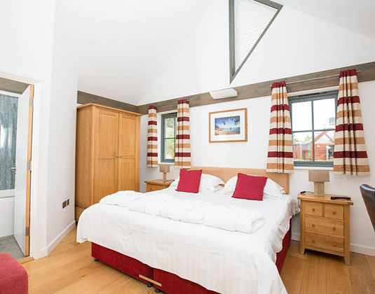 Les_Ormes_Lodge_-_Bedroom.jpg