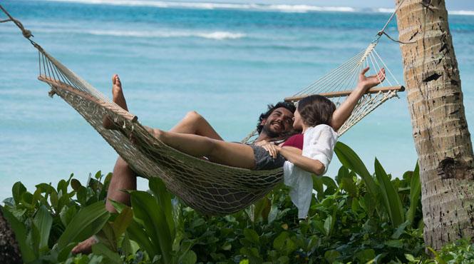 Fiji,_Couple_in_Hammock.jpg