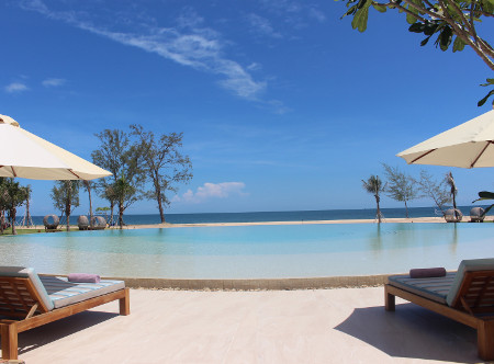 Fusion_Resort_Phu_Quoc_-_Pool_looking_to_beach.jpg