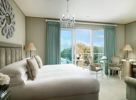 DukeofRichmondHotel_Bedroom_Sup-King-Sea_View_Jack_Hardy_2018.jpg
