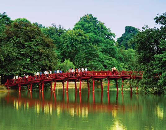 Hanoi,_Red_Bridge_in_Hoan_Kiem_Lake.jpg