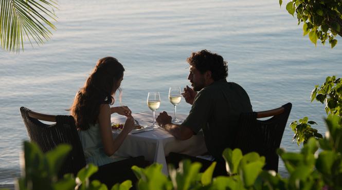 Fiji,_Dining_by_the_Sea.jpg