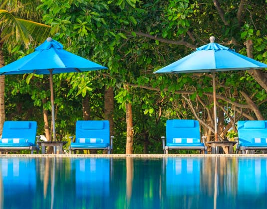 Anantara Veli Resort & Spa - Sun loungers in the shade and by the pool