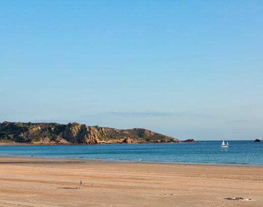 Golden_Sands_-_St_Brelades_Bay_Beach.jpg