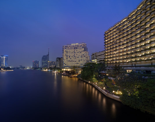 Shangri_La_Bangkok_-_Exterior_at_Night.jpg