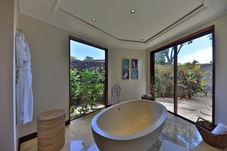 Maradiva_Exclusive-Suite-Pool-Villa-Bathroom.jpg