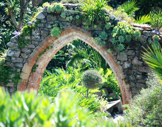 Scilly_Islands,_Archway_on_Tresco.jpg