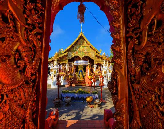 Gold_Gate_entrance_of_thai_lanna_temple_of_Wat_Ming_Muang,_Chiang_Rai.jpg