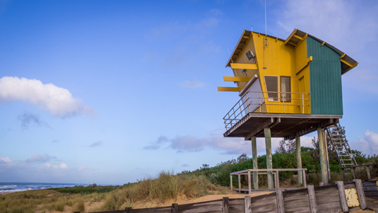 Lifeguard_Tower_at_Lakes_Entrance_Beach_shutterstock_598256267.jpg