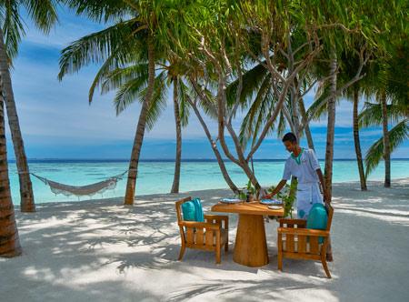 Raffles-Maldives-Meradhoo_Thari-Restaurant-table-on-beach.jpg