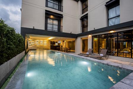X2-Vibe-Bangkok-Sukhumvit-Hotel_Pool-and-Model-1.jpg