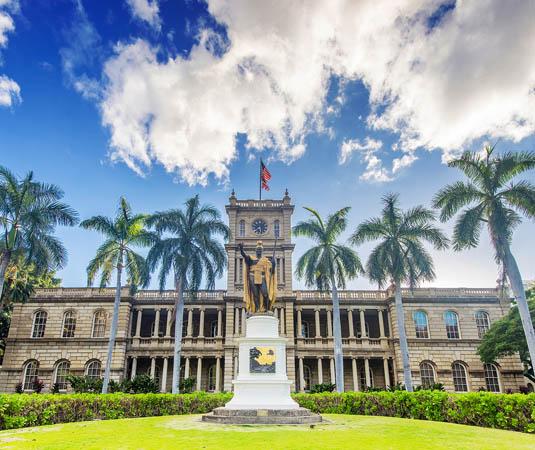 Iolani_Palace_inHistoric_Downtown_Honolulu,_Oahu.jpg