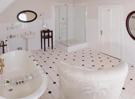 River_Manor_-_Bathroom.jpg