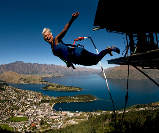 QUEEN_and_FJORD_Bungee_Jump_Lake_Wakatipu,_Queenstown.jpg